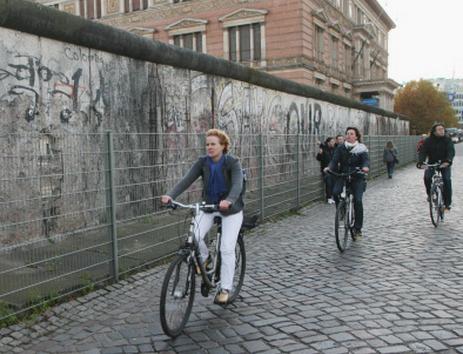 Россияне оценили падение Берлинской стены как воссоединение держав при ошибке Горбачева