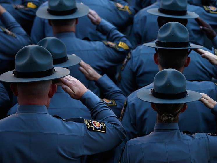 Благополучие граждан определяет доверие полицейским везде, кроме США