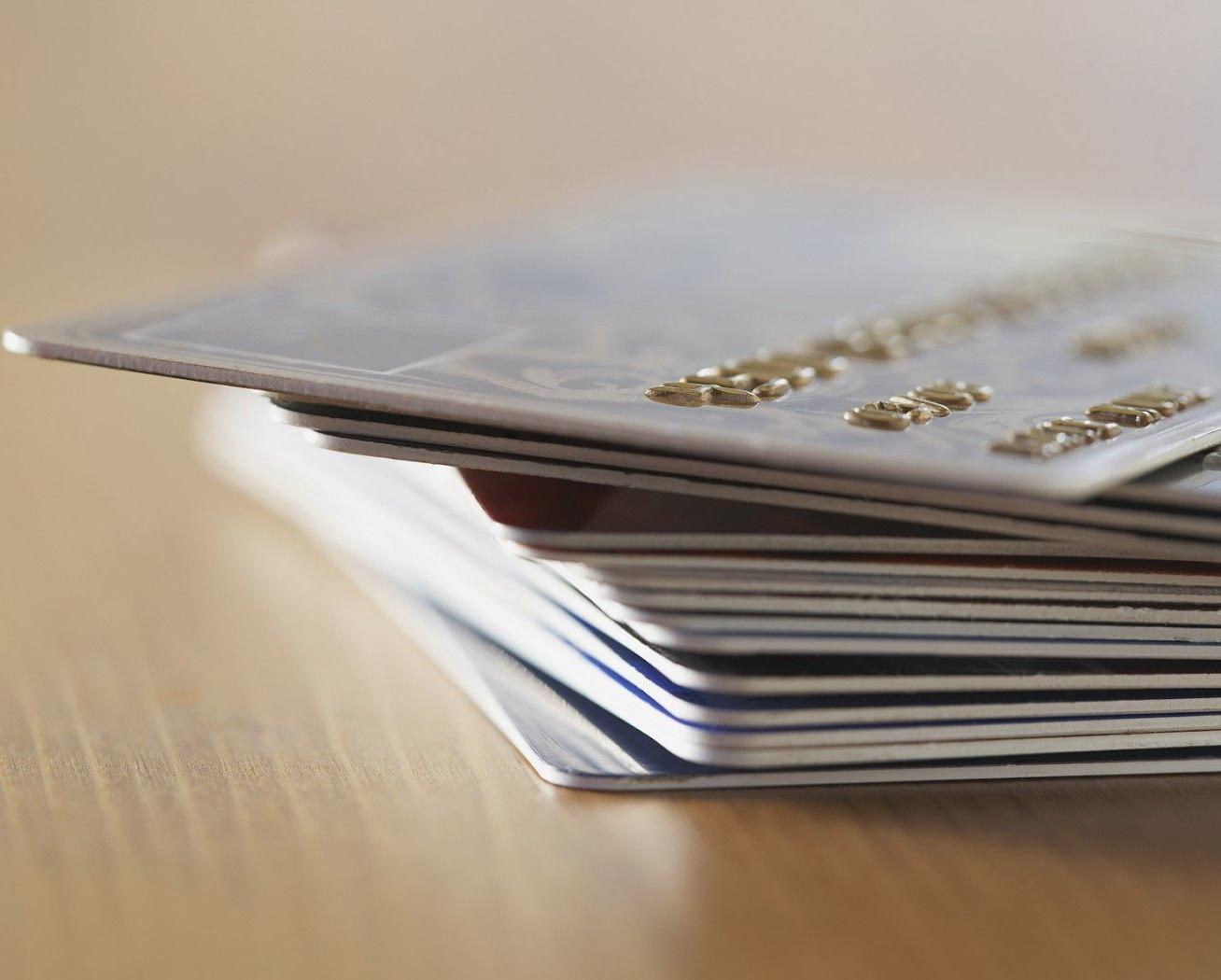 Россияне остались в сумбурных чувствах к банковским картам