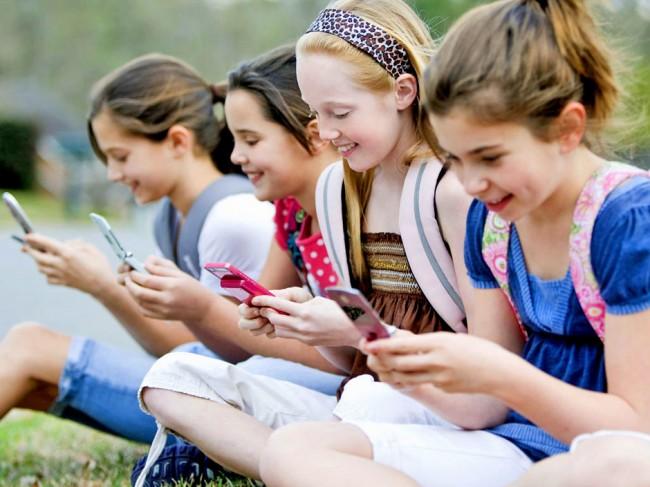 Каждый шестой школьник в Великобритании допускает при письме сокращения, принятые в СМС-сообщениях и других электронных текстах. Самыми часто употребляемыми из них являются  «l8r» (later), «b4» (before), «gr8»(great). Учителя, и подключившиеся к ним социологи из DJS Research, опросившие 30 000 школьников, обеспокоены прогрессирующим снижением уровня грамотности среди детей и молодежи. К слову сказать, мальчики злоупотребляют сокращениями в письменной речи намного чаще, чем девочки. Специалисты связывают это с тем, что они гораздо активнее пользуются мобильными устройствами. Девочки же более активно пишут от руки, что позволяет им тренировать навыки правописания.  Специалисты DJS Research отмечают, что многие школьники все же стесняются своей неграмотной речи. Так, 20% мальчиков и 12% девочек заявили, что им было бы неловко, если бы сверстники увидели, как они пишут. Кстати, итоги этого исследования опровергли заявление, сделанное в 2010 году представителями Департамента здравоохранения. Тогда чиновники заявили, что развитие современных технологий улучшает грамотность, так как общение через смс требуется фонологических знаний.
